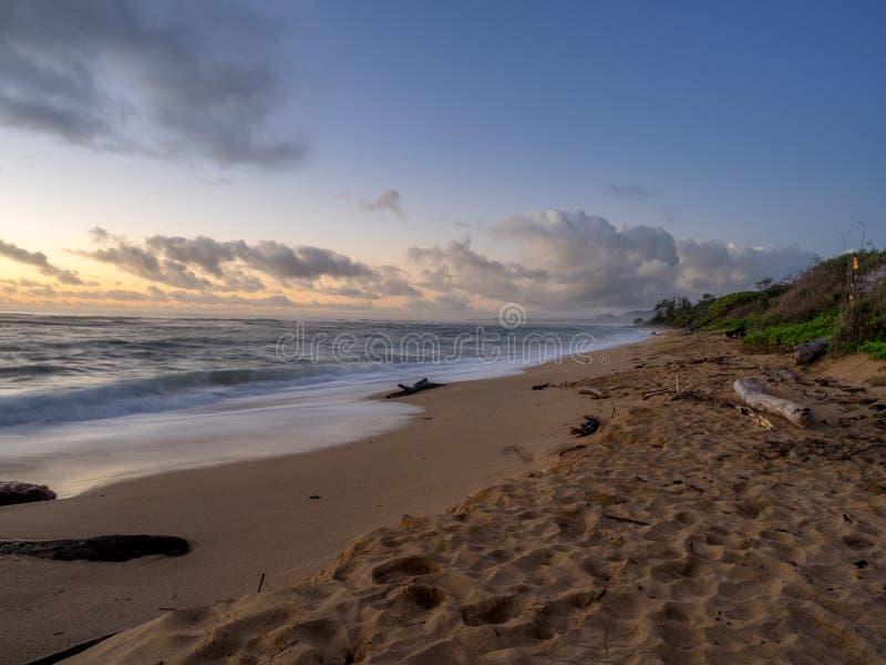 Soluppgång på östlig kust av Kauai royaltyfria bilder