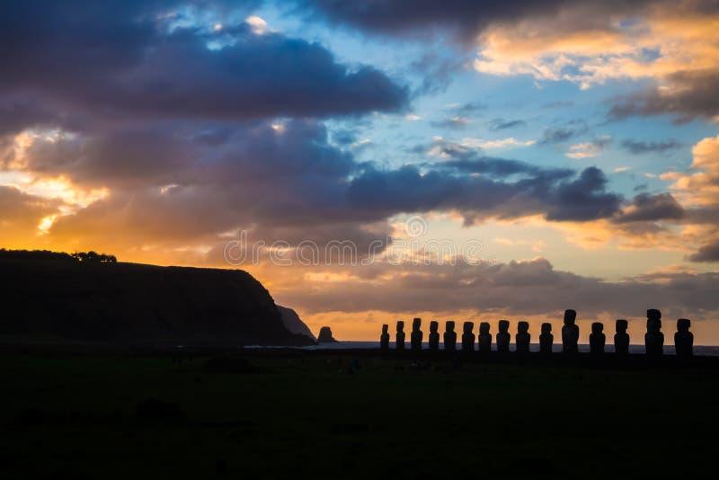 Soluppgång på Ahu Tongariki i påskön shilouette för 15 moais fotografering för bildbyråer