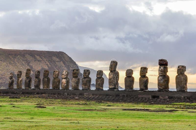 Soluppgång på Ahuen Tongariki i påskön, Chile royaltyfria bilder