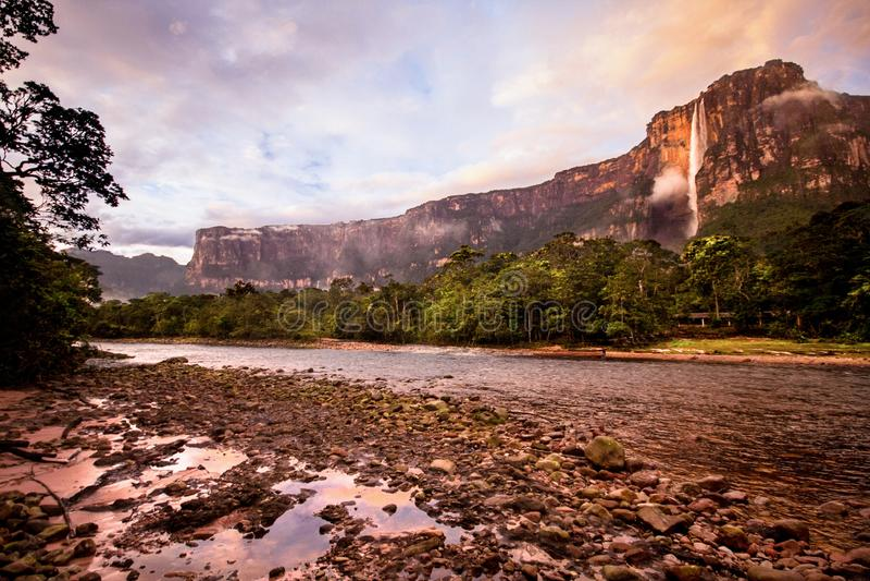 Soluppgång på Angel Falls, Canaima nationalpark, Venezuela arkivbild