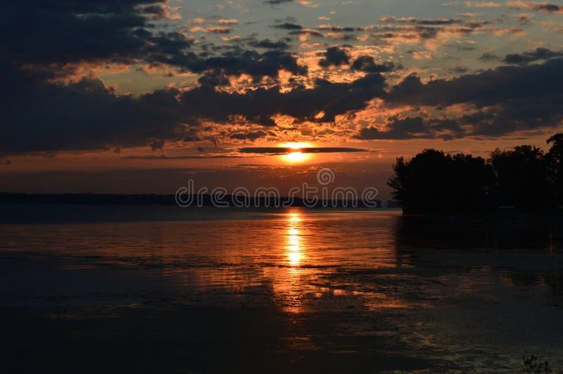 Soluppgång på bisamfjärden fotografering för bildbyråer