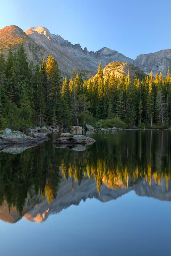 Soluppgång på björn sjön i Rocky Mountain National Park fotografering för bildbyråer
