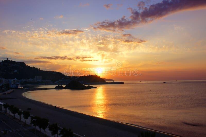 Soluppgång på Blanesen. Costa Brava, Spanien royaltyfria foton