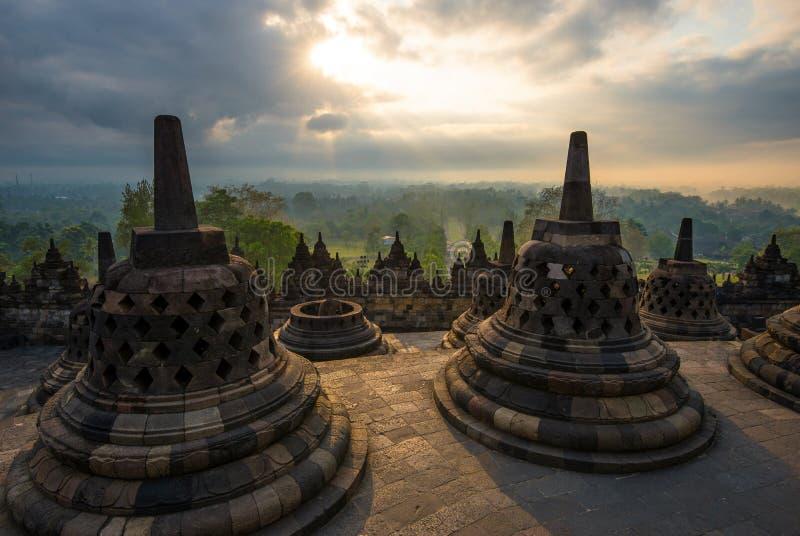 Soluppgång på Borobudur - buddistisk tempel Centrala Java, Indonesien royaltyfri bild