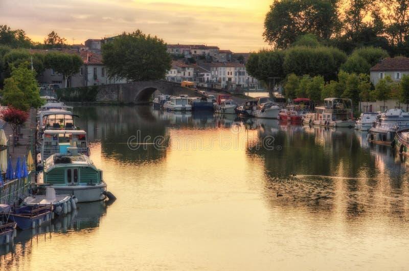 Soluppgång på Canal du Midi, Castelnaudary, Frankrike arkivfoton