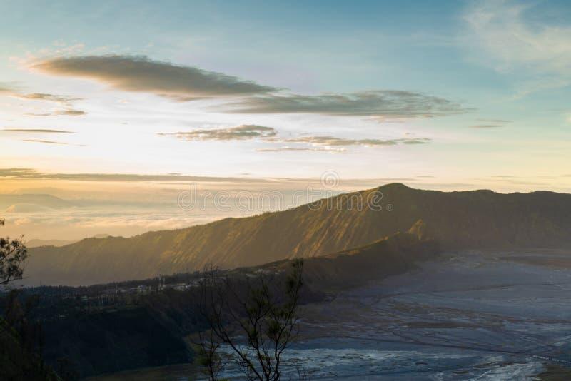 Soluppgång på Cemoro lawang runt om nationalpark för bromotenggersemeru fotografering för bildbyråer