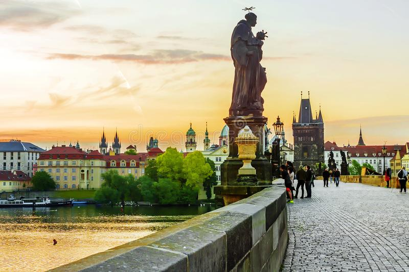 Soluppgång på Charles Bridge i Prague, Tjeckien arkivbild