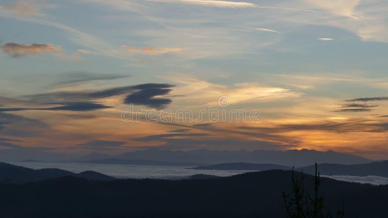Soluppgång på de Tatra bergen En avlägsen bergpanorama arkivfoton