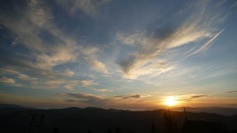Soluppgång på de Tatra bergen En avlägsen bergpanorama royaltyfri bild