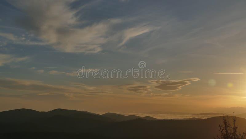 Soluppgång på de Tatra bergen Ett område av berg exponerade precis efter soluppgång royaltyfria bilder