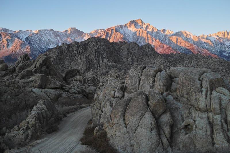 Soluppgång på de toppig bergskedjaNevada bergen arkivfoton
