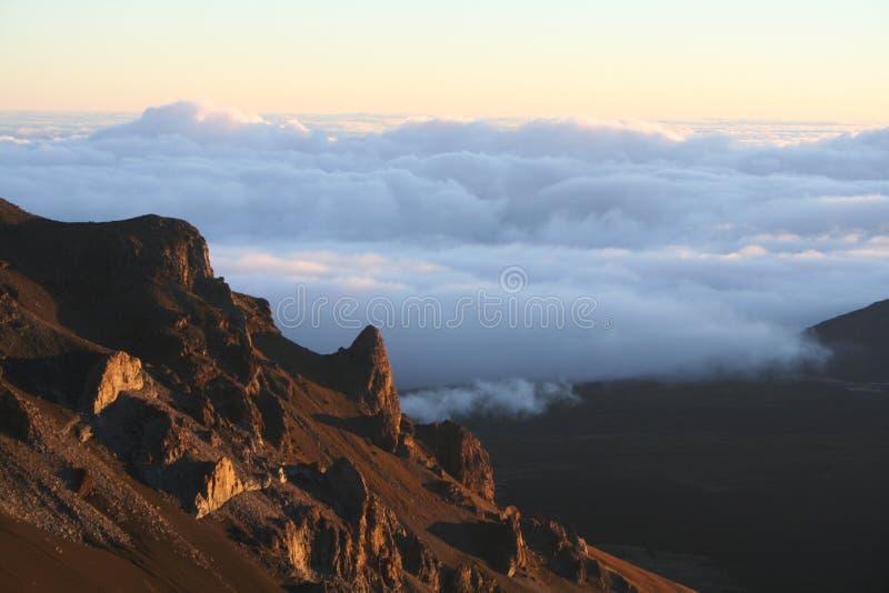Soluppgång på den Haleakala krater arkivfoton