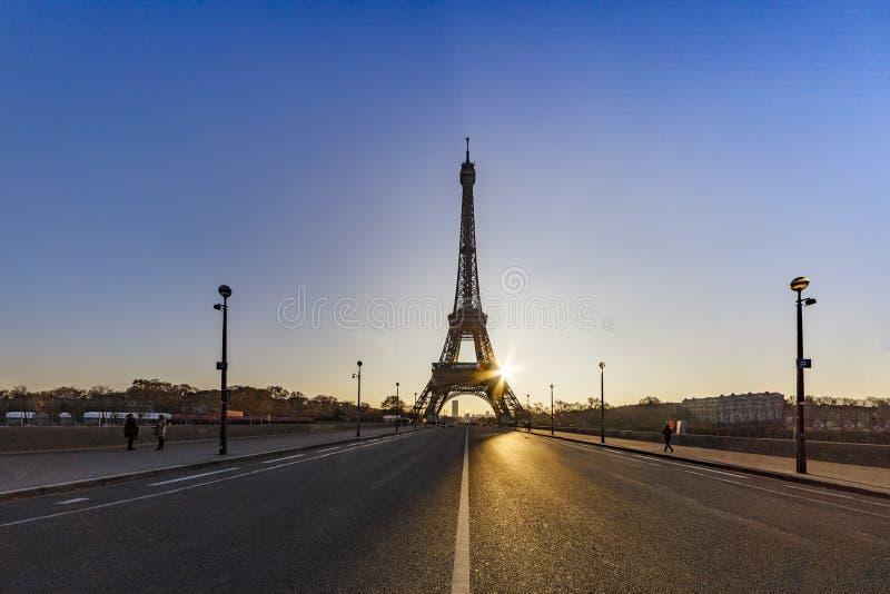 Soluppgång på den Iena bron över Paris arkivfoton