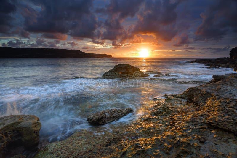 Soluppgång på den långa fjärden Malabar Australien arkivfoto