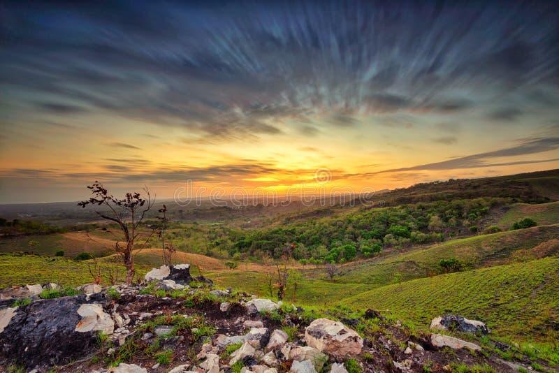 Soluppgång på den Lendongara kullen, Sumba ö, Indonesien royaltyfria foton