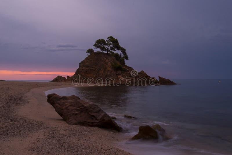 Soluppgång på den lockRoig stranden royaltyfri fotografi