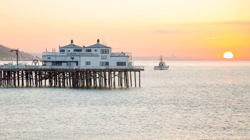 Soluppgång på den Malibu pir arkivfoto