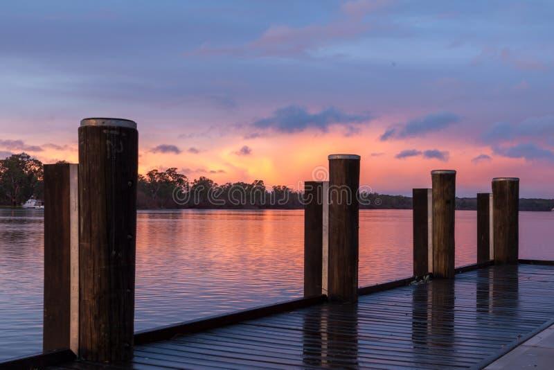 Soluppgång på den Mannum flodstranden, flod Murray South Australia med j royaltyfri bild