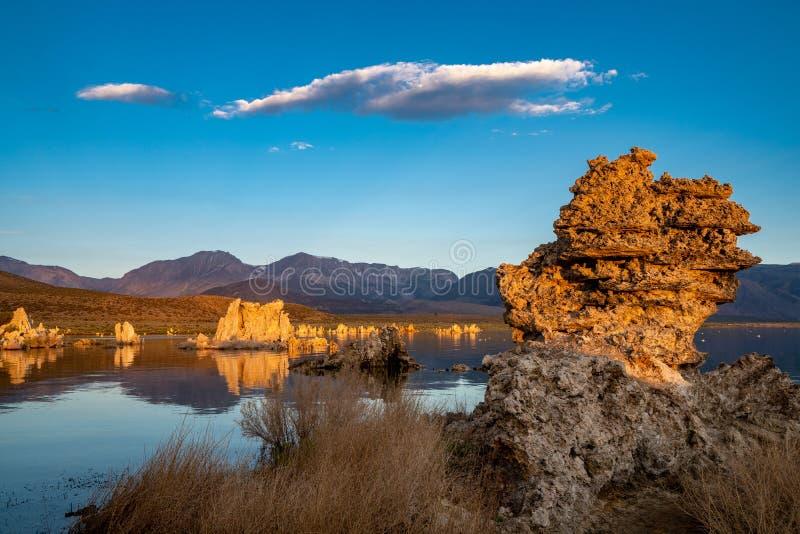 Soluppgång på den mono sjön för Kalifornien ` s i de östliga Sierra Nevada bergen av av USA-huvudväg 395 fotografering för bildbyråer