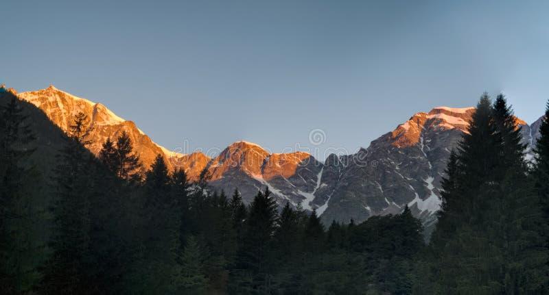 Soluppgång på den Monte Rosa massiven, Italien, Macugnaga royaltyfria bilder