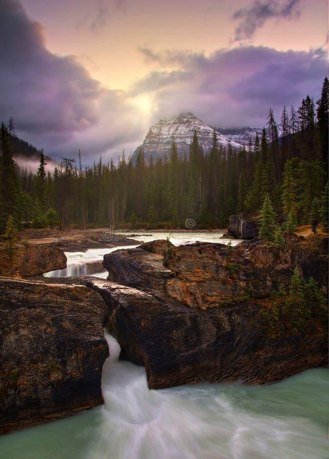 Soluppgång på den naturliga bron arkivbilder