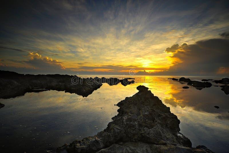 Soluppgång på den Pandak stranden Malaysia royaltyfri foto