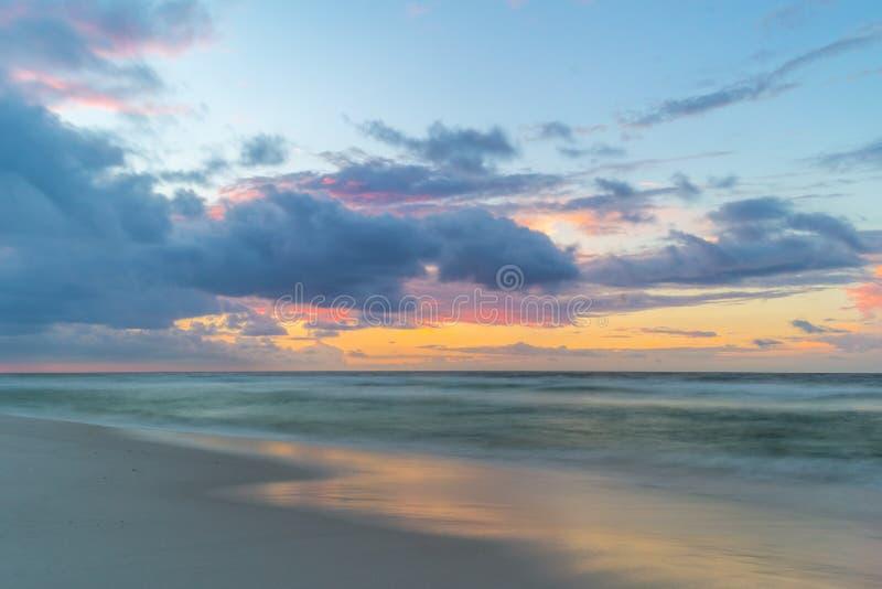 Soluppgång på den Pensacola stranden arkivfoto