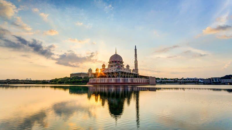 Soluppgång på den Putrajaya moskén, Malaysia fotografering för bildbyråer