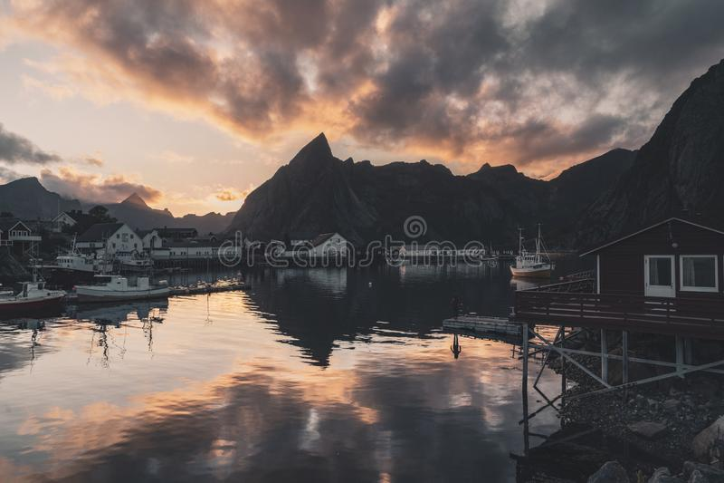 Soluppgång på den Reine bryggan, Norge royaltyfri bild