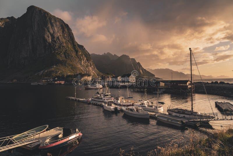Soluppgång på den Reine bryggan, Norge arkivfoto