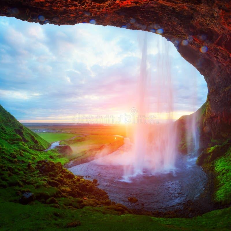 Soluppgång på den Seljalandfoss vattenfallet arkivbild