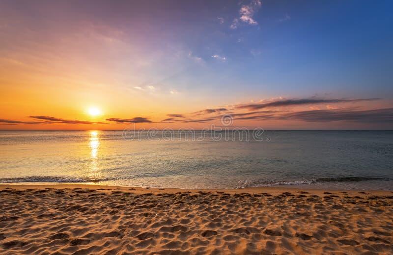 Soluppgång på den tropiska stranden royaltyfri foto