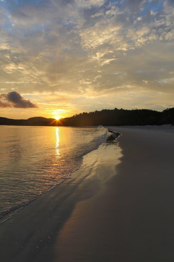 Soluppg?ng p? den Whitehaven stranden - pingstdag? avl?gsna norr Queensland Australien royaltyfri bild