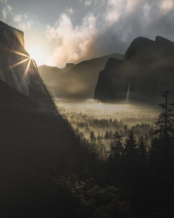 Soluppgång på den Yosemite nationalparken som sett från tunnelsikt arkivfoton