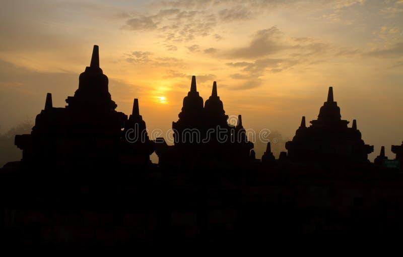 Soluppgång på det Borobudur tempelet. arkivbilder