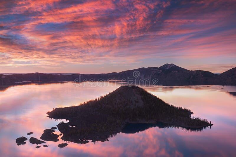 Soluppgång på det Hillman maximumet, krater sjönationalpark med sommarplats Panoramautsikt av den djupaste sjön i USA arkivbilder