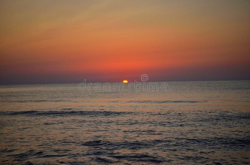 Soluppgång på det rumänska havet royaltyfria foton