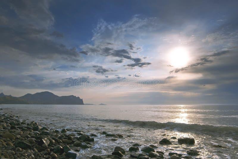 Soluppgång på det tysta havet royaltyfria bilder