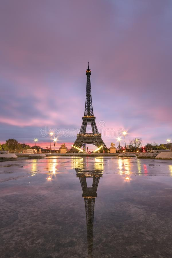 Soluppgång på Eiffeltornreflexionen arkivbild