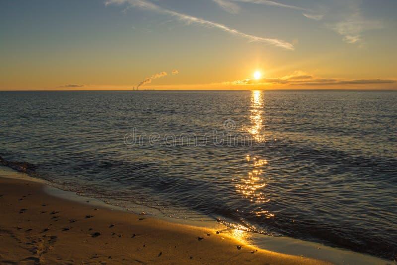 Soluppgång på en havsstrand royaltyfri fotografi