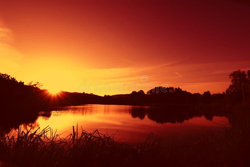 Soluppgång på en lake arkivbilder