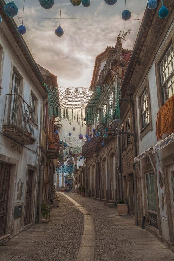 Soluppgång på en typisk gata i Portugal arkivbild