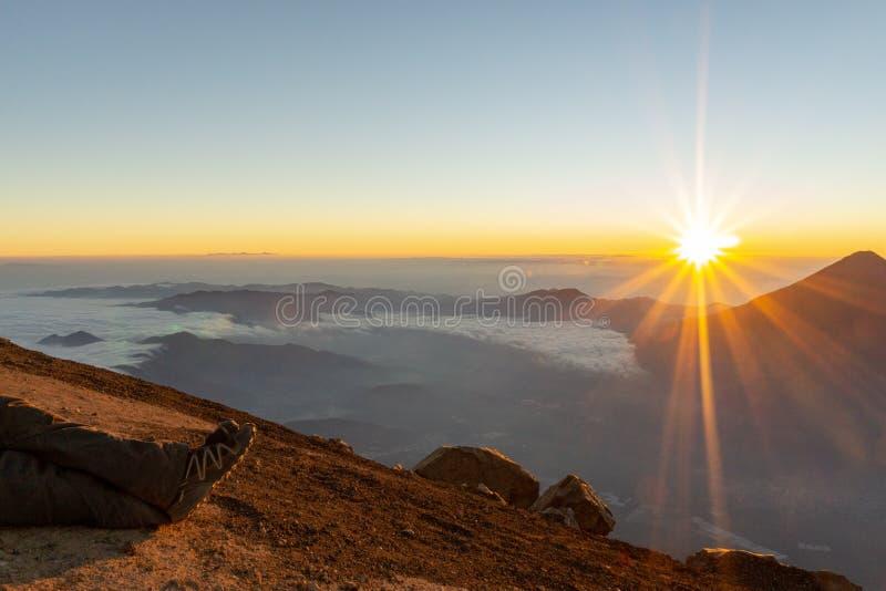 Soluppgång på en vulkan fotografering för bildbyråer