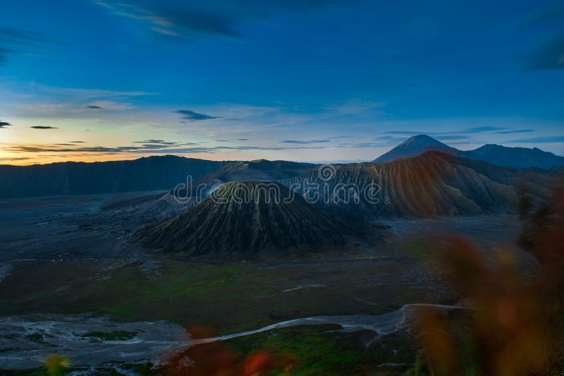 Soluppgång på förälskelsekullen med monteringen Bromo och gunungbatoksikt arkivfoto