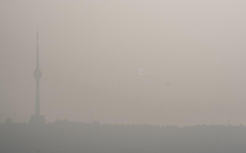 Soluppgång på föroreningmaximumdag i Wuhan centrala Kina med visibl arkivbild