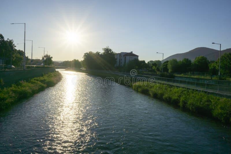 Soluppgång på floden Hron arkivbilder