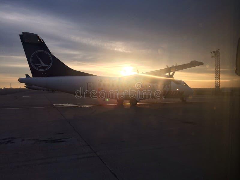 Soluppgång på flygplats fotografering för bildbyråer