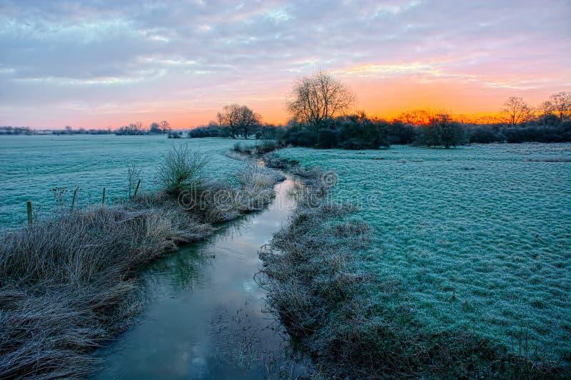 Soluppgång på frostig morgon för vinter arkivfoto