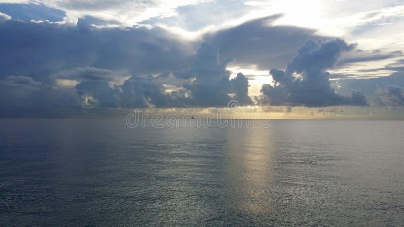 Soluppgång på havet royaltyfri bild