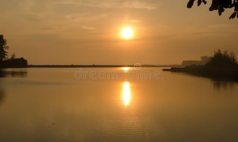 Soluppgång på havsvattnet royaltyfria bilder